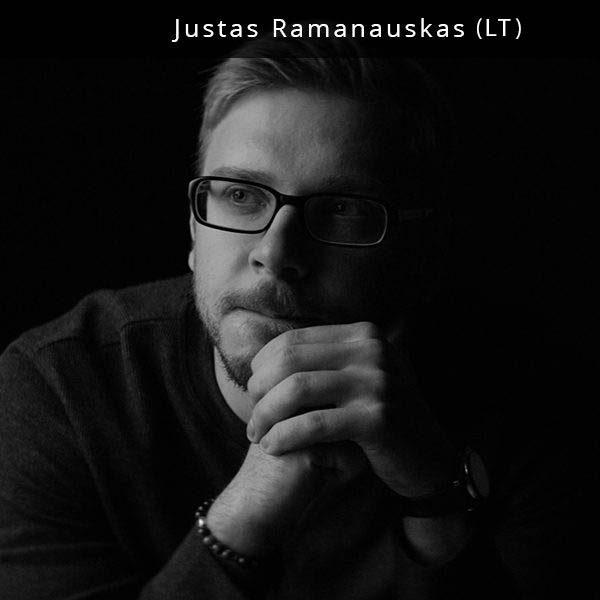 """Justas Ramanauskas – režisierius, scenaristas. Tarp jo darbų - muzikiniai klipai grupėms """"Freaks On Floor"""" ir """"Beissoul & Einius"""", televizinės reklamos """"Swedbank"""" ir """"Credit24"""" prekiniams ženklams. """"Beissoul & Einius"""" dainos """"Lion"""" muzikinis klipas buvo publikuotas prestižiniame vokiškame mados ir meno žurnale """"KALTBUL"""" bei buvo parodytas Berlyno Muzikinių Klipų Apdovanojimuose tarp tokių klipų kaip Jamie xx """"Gosh"""", Coldplay """"Up & Up"""" ir The Blaze """"Territory"""". Klipas taip pat buvo nominuotas 2016 metų MAMA muzikiniuose apdovanojimuose kaip geriausias metų klipas. Tai buvo trečia iš eilės Justo režisuoto klipo nominacija už geriausią muzikos klipą MAMA apdovanojimuose. Šiuo metu Justas kuria debiutinį trumpametražį filmą """"Snaiperis"""", kuris kino teatrus turėtų pasiekti 2018 metais."""